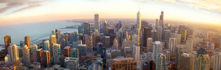 日没、イリノイ州、米国での航空のシカゴ パノラマ 写真素材