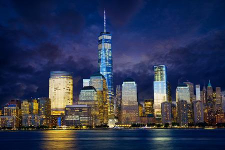 libertad: Bajo el horizonte de Manhattan en el crep�sculo, Nueva York
