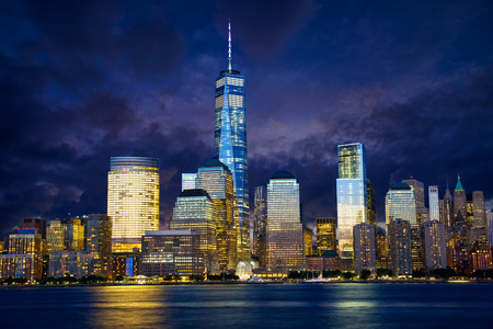 Lower Manhattan skyline in de schemering, New York Stockfoto