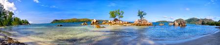 Tropisch strand panorama in Praslin Island, Seychellen