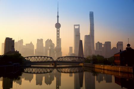 De horizon van Shanghai bij zonsopgang met historische Waibaidubrug China