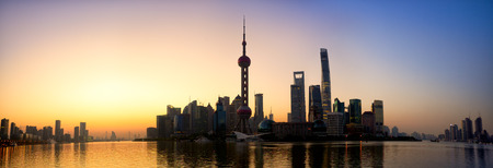 Pudong skyline panorama bij zonsopgang Shanghai China
