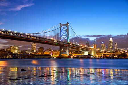 De horizon van Philadelphia en Ben Franklin Bridge in de schemering, de VS