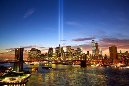 skyline van Manhattan en de Torens van Lichten bij zonsondergang in New York