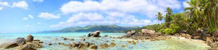 playas tropicales: Panorama de la playa tropical con palmeras y rocas, isla de Mahe, Seychelles