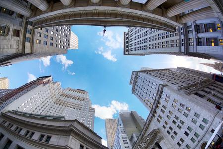 gratte-ciel de Manhattan au Wall Street regardant, New York