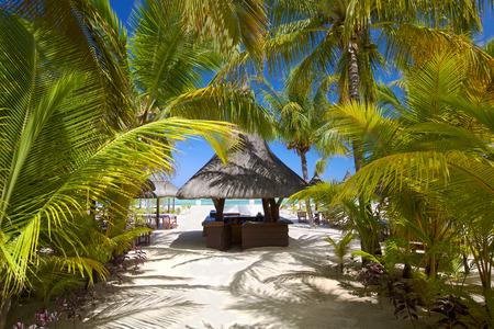 playas tropicales: Bar en la playa tropical en Isla Mauricio Foto de archivo