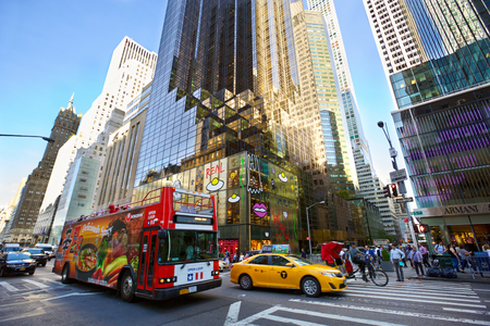 New York, New York, USA - 16 september 2016: Drukke verkeer op Fifth Avenue met auto's, taxi, toeristische bus einde voetgangers in Midtown Manhattan