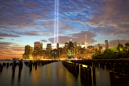 skyline van New York City Manhattan met Tribute in Light Stockfoto