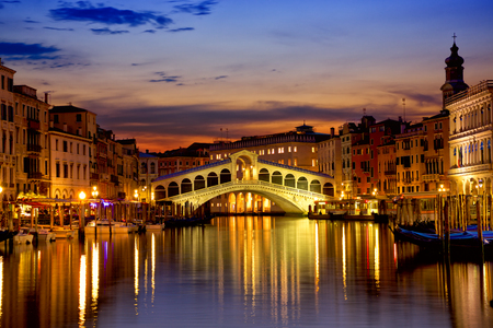 Ponte de Rialto e Grande Canal no nascer do sol em Veneza, Itália