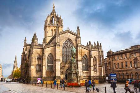 Edinburgh, Scotland, UK - Oktober 01, 2010: St Giles' Cathedral on Royal Mile in Edinburgh in a rainy day