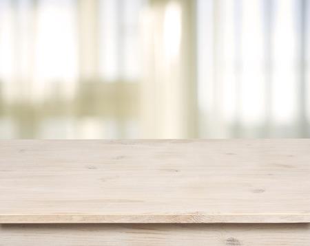 cuisine fond blanc: Table en bois sur la fen�tre defocuced avec rideau de fond Banque d'images
