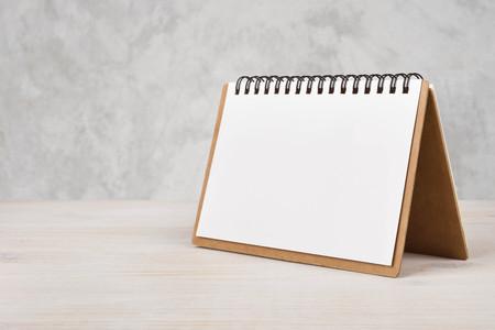 papírnictví: Prázdný kalendář papír na dřevěném stole Reklamní fotografie