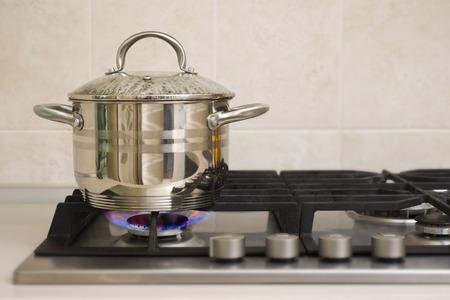steel pan: Ebullición olla en el fuego de la estufa de gas