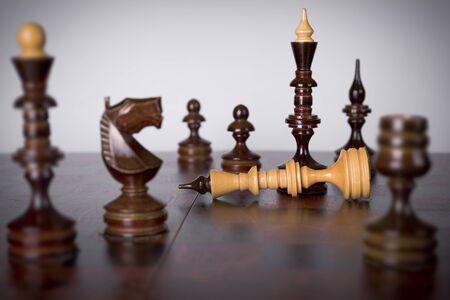 tablero de ajedrez: Piezas de ajedrez en el tablero de ajedrez