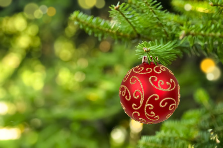 luz roja: Bola de Navidad colgando de las luces de fondo abstracto Foto de archivo