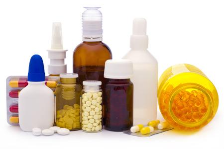 Samenstelling van de geneeskunde flessen en pillen op wit wordt geïsoleerd