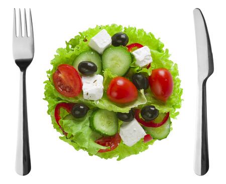plato de ensalada: Plato de ensalada griega con tenedor y cuchillo Foto de archivo