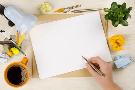 ball pens stationery: Gráfico de la mano en el papel. La creación de empresas o concepto brainstroming Foto de archivo