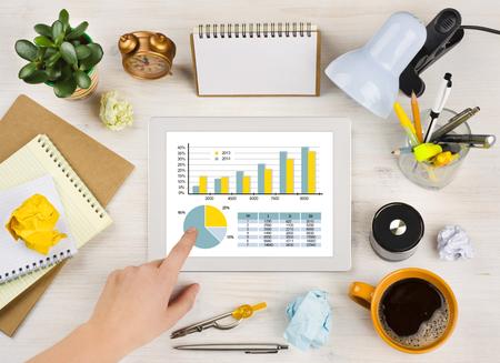 calendrier: Main �cran de la tablette touchante avec tableau sur fond bureau de bureau Banque d'images