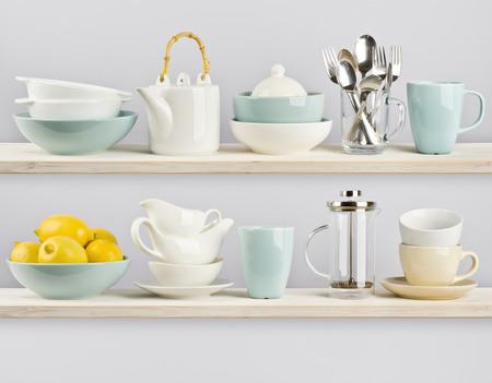 Küchenutensilien in Holzregalen Standard-Bild - 38098612