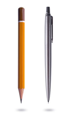ball pens stationery: Pluma y l�piz sobre fondo blanco