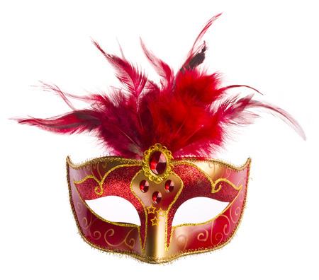Rode carnaval masker met veren op wit wordt geïsoleerd