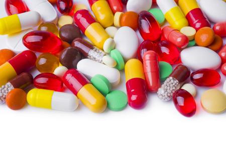 drogadiccion: Varias cápsulas, tabletas y píldoras aisladas en blanco