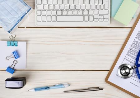 consulta médica: Doctor escritorio de madera con el espacio de la copia en el medio