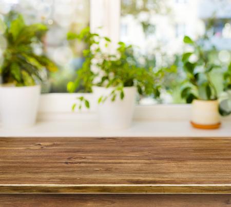 Dřevěný stůl na rozostření pozadí Parapety