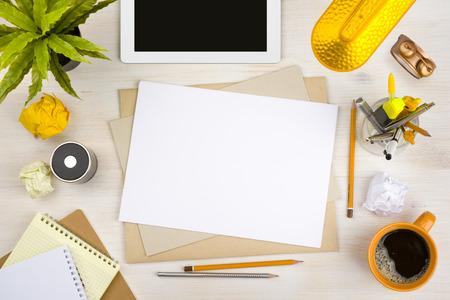 carta e penna: Vista dall'alto della scrivania con carta, cancelleria e computer tablet Archivio Fotografico