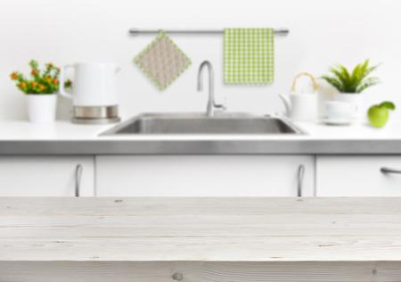 cucina moderna: Tavolo in legno su lavello della cucina sfondo interni Archivio Fotografico