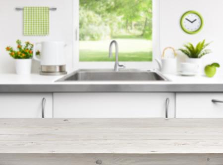 grifos: Mesa de madera en la cocina ventana fregadero fondo Foto de archivo