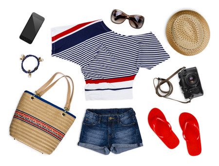 casual clothes: Una colecci�n de ropa y accesorios de turistas aislados en blanco Foto de archivo