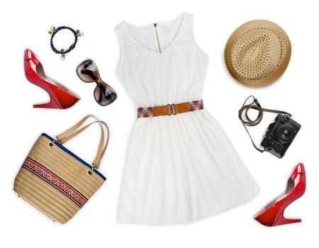 vrouwen: Collage van toeristische kleding en accessoires op wit wordt geïsoleerd