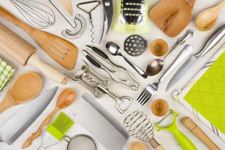kitchen utensils: Antecedentes de utensilios de cocina en la mesa de cocina de madera Foto de archivo