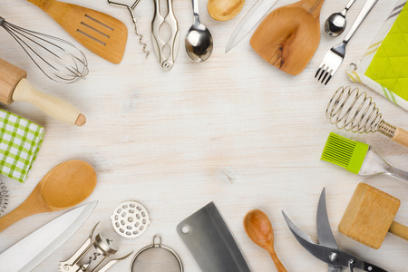 Keukengerei en bestek achtergrond met een kopie ruimte in het centrum Stockfoto