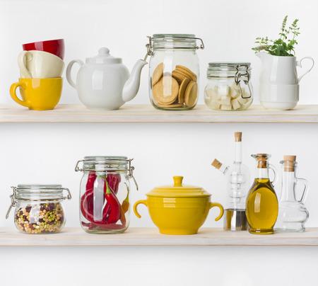 utencilios de cocina: Varios ingredientes de alimentos y utensilios de cocina en los estantes aislados