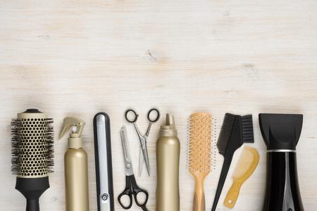 salon de belleza: Instrumento de peluquería en fondo de madera con espacio de copia en la parte superior