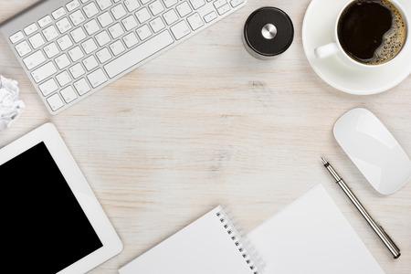 Office werken essentiële instrumenten met kopie ruimte in het midden