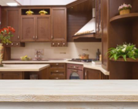 Eettafel op vage bruine keuken inter achtergrond