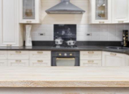 Houten structuur tafel over wazig keuken vintage interieur achtergrond