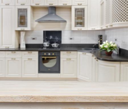 estufa: Mesa con textura de madera sobre fondo borroso interior de la cocina