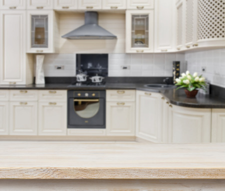 portada: Mesa con textura de madera sobre fondo borroso interior de la cocina