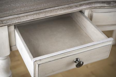 ビンテージ ライティング テーブルの開いた木製引き出し 写真素材