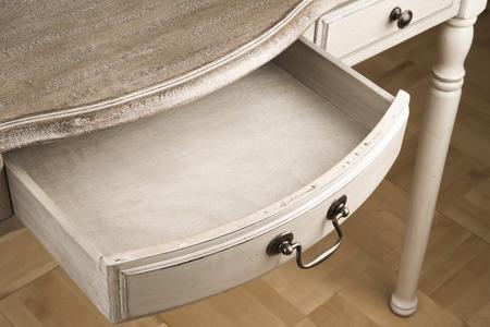 Open uitstekend lade van houten schrijftafeltje tafel Stockfoto