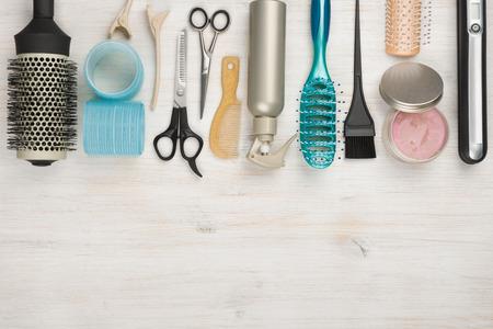 Stylist: herramientas profesionales de la peluquería y accesorios con copyspace en la parte inferior