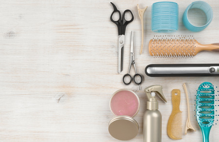 tinte de cabello: herramientas profesionales de la peluquer�a y accesorios con copia espacio lado izquierdo Foto de archivo