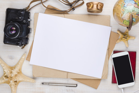 Papier en vakantie items op houten reis achtergrond met copyspace