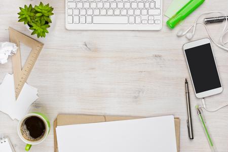 psací stůl: Dřevěný psací stůl pohled shora s copyspace ve středu